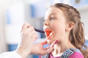 En primer lugar, el especialista realiza una exploración de la boca y la garganta del paciente para observar el estado de las amígdalas.