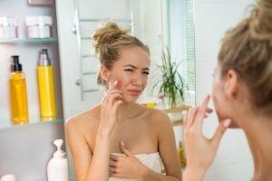 El acné en la pubertad y la adolescencia está provocado fundamentalmente por el aumento de las hormonas sexuales necesario para el desarrollo.