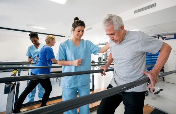Deberemos abordar la recuperación de la movilidad de la zona afectada por la lesión y por la inmovilización. El objetivo de la rehabilitación es recuperar y mantener la función previa, con el fin de recuperar la autonomía inicial del paciente.