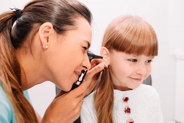 El pediatra puede diagnosticar fácilmente una otitis por la presencia de dolor, fiebre y, si observa el tímpano con el otoscopio, lo verá enrojecido y abombado hacia fuera.