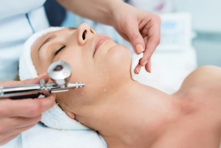 La oxigenoterapia no sólo mejora el aspecto de la piel de las zonas con radioterapia en el paciente con cáncer, sino que también estimula el aumento del tono muscular y también el apetito.