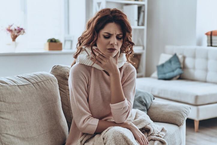 Normalmente se pauta un antipirético (tipo paracetamol) y/o un antiinflamatorio (tipo ibuprofeno) pudiendo combinarse ambos,