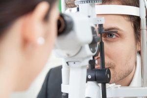 El Dr. José Ignacio Barraquer es considerado el padre de la cirugía refractiva y ya en 1949 publicó su primer libro escrito acerca de la posibilidad de la corrección de la miopía.