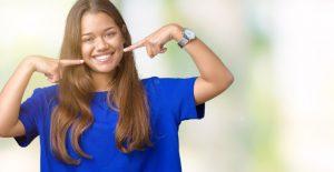 El blanqueamiento químico es un tratamiento con finalidad estética que consiste en reducir el tono del diente, haciéndolo más blanco, de tal manera que mejore nuestra sonrisa.