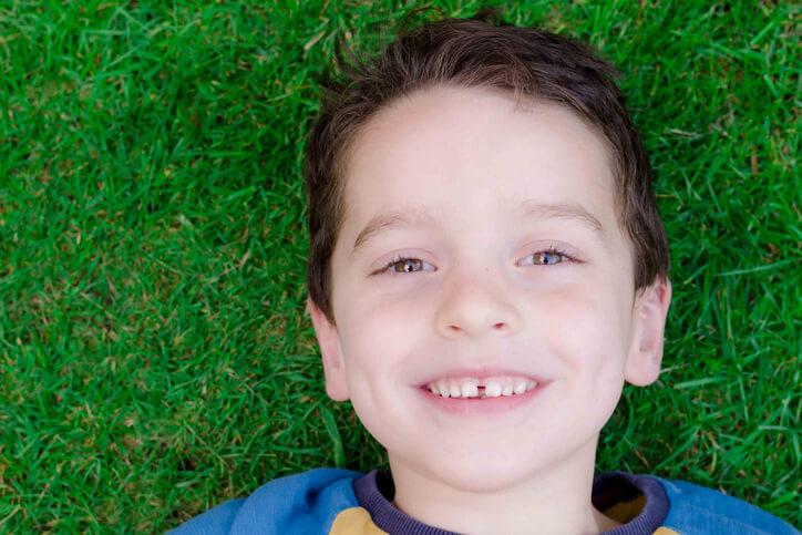 Se llama diastema al aumento del espacio existente entre dos dientes.