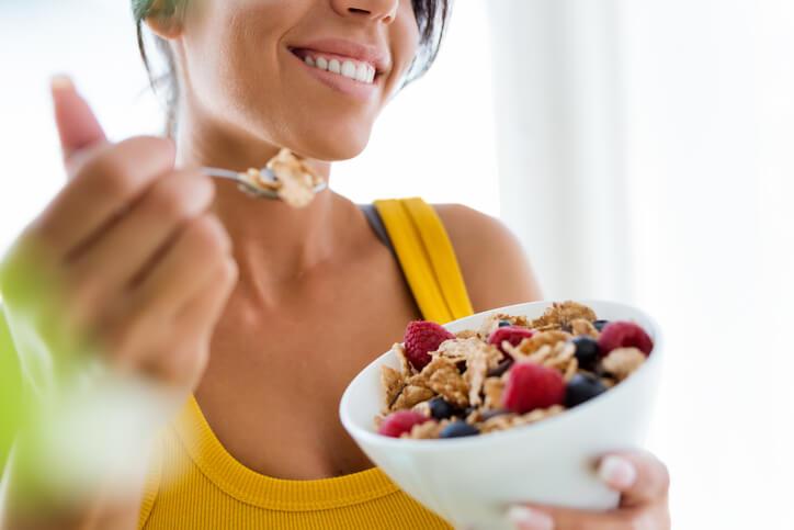 La dietética es la disciplina encargada de estudiar la relación que existe entre la salud y la alimentación, incluyendo el tratamiento de los diferentes trastornos alimentarios.