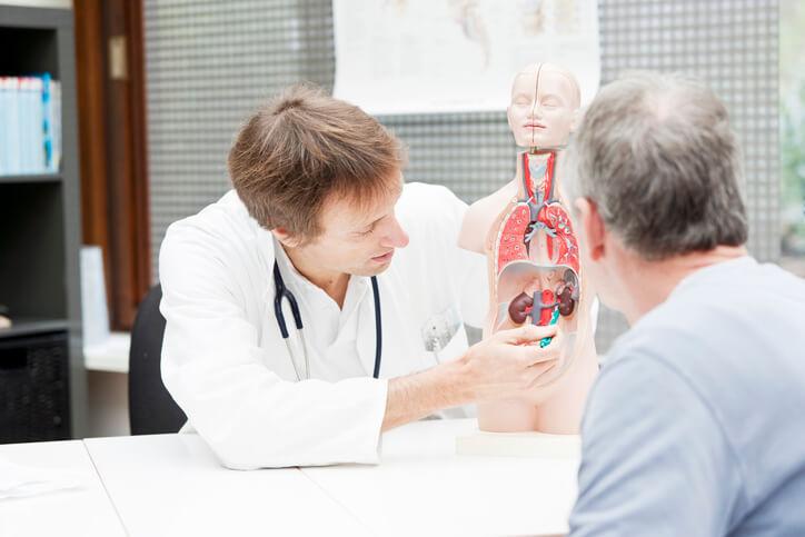El hidrocele puede producirse de manera aguda a causa de un traumatismo en el testículo, la presencia de una hernia inguinal que lo comprima, el tratamiento con radioterapia local como en el cáncer de próstata, una infección del testículo —llamada orquitis—, o la existencia de un tumor testicular.