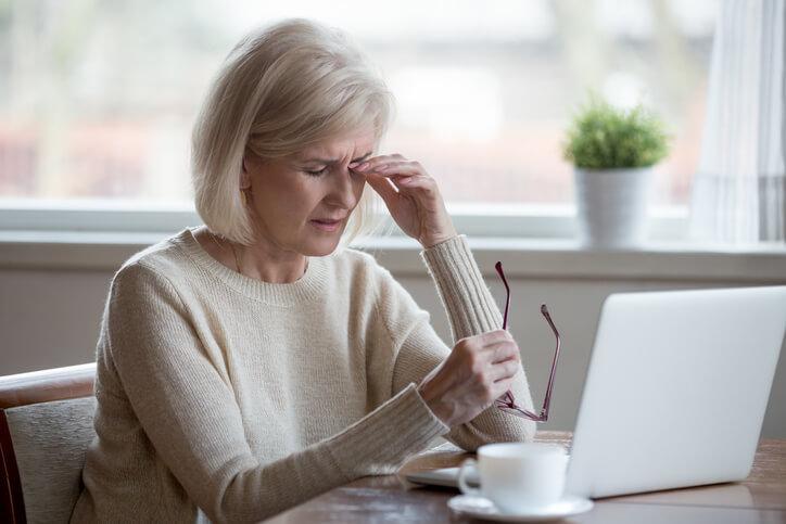 Los trastornos que afectan directamente a la glándula lagrimal como la sarcoidosis o el síndrome de Sjögren también producen ojo seco.