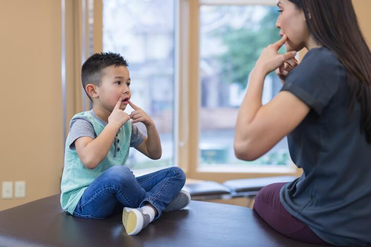 La causa más frecuente de la dislalia en niños es la inmadurez de la capacidad fonadora del niño, que forma parte del desarrollo del niño y que mejora sin ninguna intervención.
