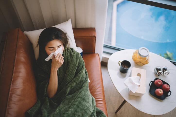El diagnóstico de la gripe es absolutamente clínico por los síntomas que nos indica el paciente. No suele requerirse la realización de análisis, excepto en casos especiales en los que se recogen muestras en las primeras 48-72 horas del inicio de los síntomas coincidiendo con la máxima carga viral excretada por el paciente.