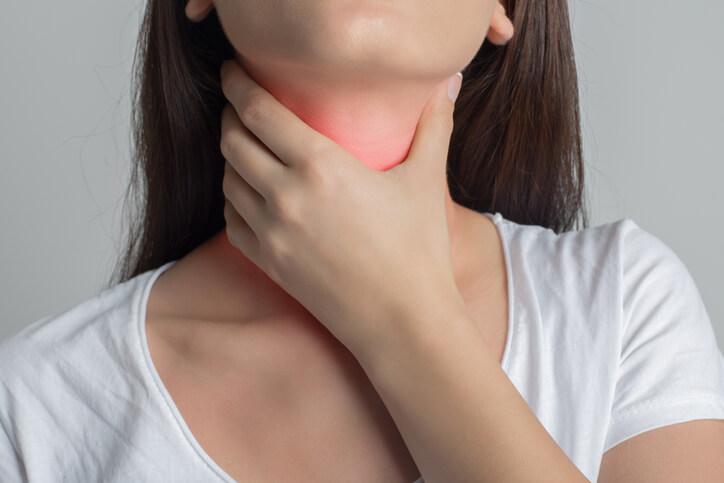 El hipertiroidismo puede aparecer por una inflamación de la glándula (tiroiditis), por déficit de yodo que provoca un aumento de la glándula y de su funcionamiento (bocio multinodular tóxico) y por enfermedades autoinmunes como la enfermedad de Graves-Basedow.