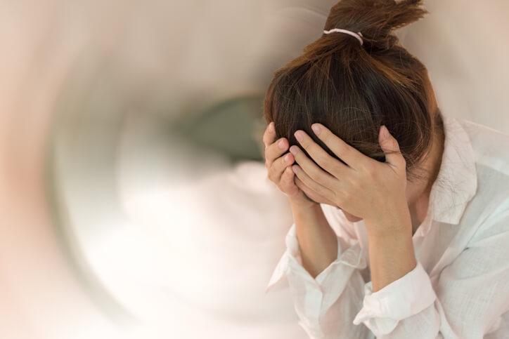 El diagnóstico de la neuritis vestibular se basa sobre todo en la descripción de los síntomas que da el paciente y la exploración física. Conviene llevar a cabo un examen del oído y una exploración neurológica completa, en la cual se debe evaluar tanto una posible alteración de la marcha como la imposibilidad del paciente para mantener el equilibrio al cerrar los ojos. Si existen dudas sobre la agudeza auditiva se puede realizar una audiometría. Asimismo, si después de tres semanas los síntomas se mantienen valdría la pena realizar un estudio electrofisiológico sobre la conducción eléctrica del nervio vestibulococlear mediante un electroneurograma.
