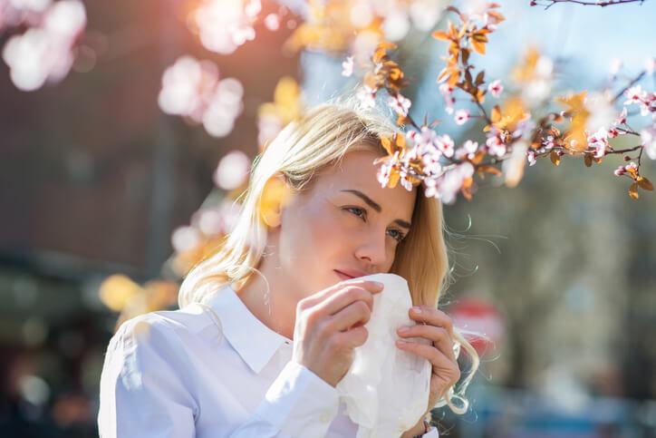 Adaptándonos a la forma arbitraria de presentación de los episodios alérgicos distinguiremos diferentes patrones clínicos: alergia crónica, alergia estacional y alergia aguda intermitente. Aquellos individuos que presentan episodios puntuales (alergia intermitente) son tratados de forma sintomática sólo cuando presentan una crisis.