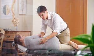 La quiropraxia trata de restituir a su posición normal las vértebras desplazadas y de este modo tratar las enfermedades que las mismas pueden producir