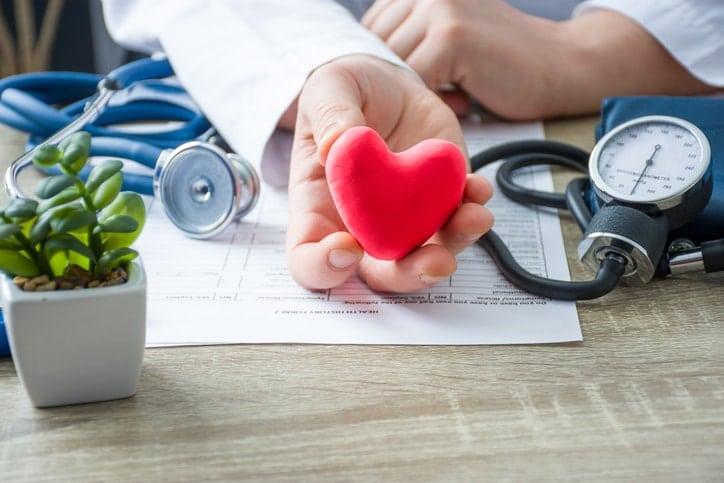 La hipertensión arterial elevada es una enfermedad silenciosa y puede estar sin diagnosticar muchos años antes de aparecer los primeros síntomas pero, sin embargo, el daño ha podido ser grave y de consecuencias fatales. Es importante un diagnóstico temprano para poner un tratamiento rápido.