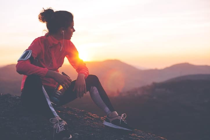 Las recomendaciones de actividad física pautadas por la OMS, se clasifican en función de los siguientes grupos de edad: de 5 a 17, de 18 a 64 y de más de 64 años.