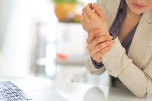 En el embarazo y lactancia, el naproxeno no se encuentra recomendado durante el primer y segundo trimestre de gestación, a menos que los beneficios superen los riesgos y bajo estricta supervisión médica, esto es debido a la mayor presencia de anomalías congénitas y abortos.