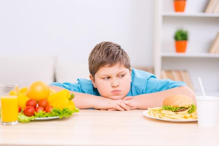 Se considera obesidad infantil cuando el peso se sitúa por encima del 20% del que sería esperable para su edad y altura.