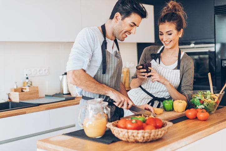 Esta reducción calórica se consigue limitando la ingesta de alimentos de gran densidad calórica, según la tasa de metabolismo basal de cada persona