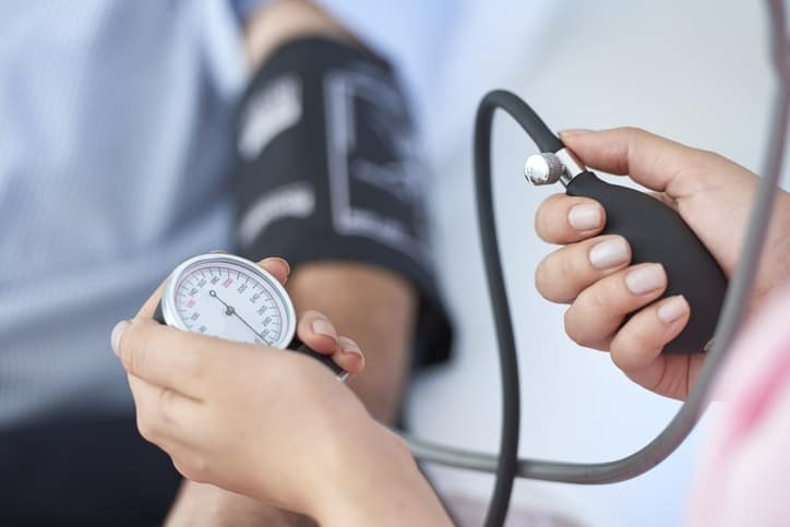 Para realizar el diagnóstico de hipertensión arterial es importante medir dos o tres veces la presión arterial en cada brazo, con separaciones de al menos 30 segundos