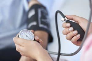 La tensión arterial elevada puede presentarse durante el envejecimiento, se produce por un endurecimiento de las paredes arteriales