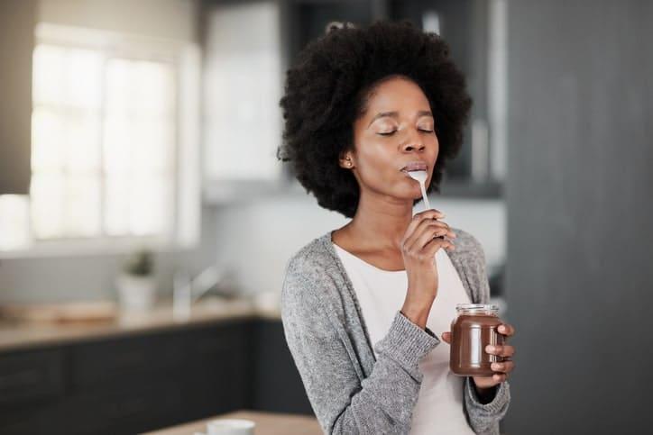 Todo esto nos permite comer prestando atención, centrándonos en el alimento al masticar y todo lo que conlleva el acto de comer.