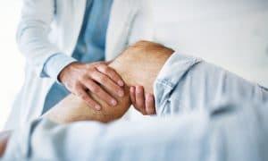 La degeneración de este cartílago, ya sea por lesiones, por desviación de la rótula, por sobreesfuerzos o por luxación de esta, da lugar a un mayor rozamiento con los otros huesos de la rodilla.